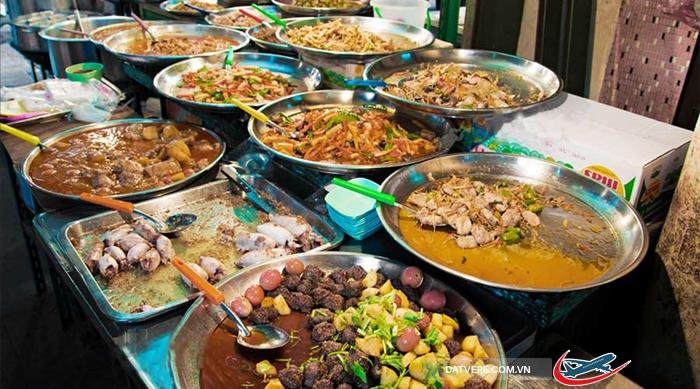 Các món ăn vặt được bày bán khắp chợ với giá siêu rẻ