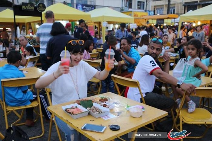 Chợ đêm cuối tuần Krabi luôn nhộn nhịp, đông đúc
