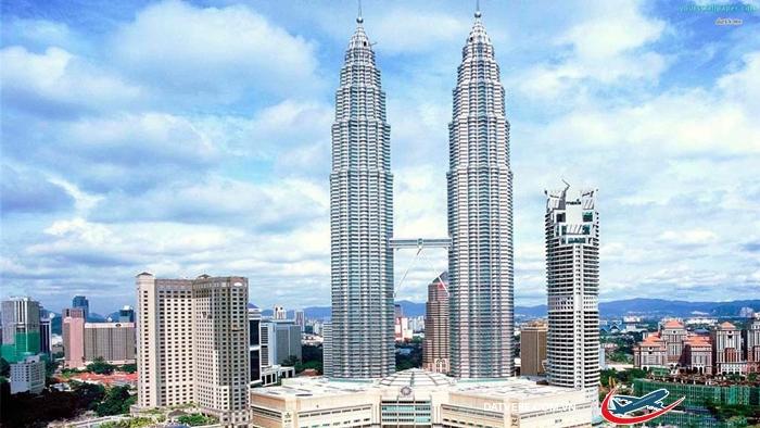 Tháp đôi Petronas nổi tiếng thế giới ở Kuala Lumpur