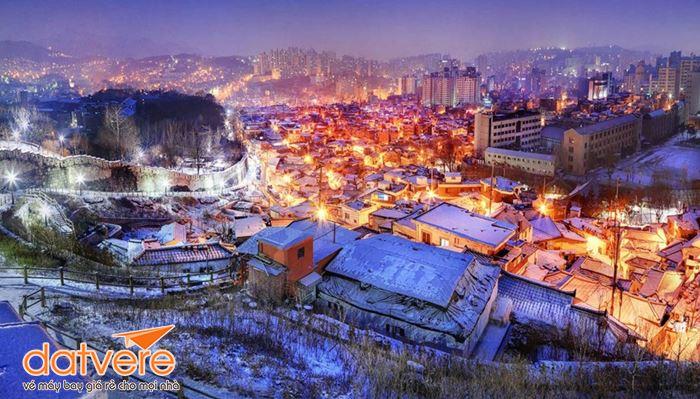 Ngắm cảnh Seoul từ trên cao ở bức tường thành nổi tiếng.