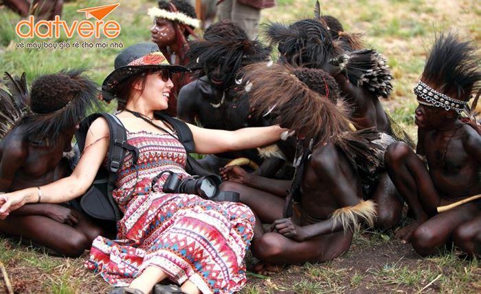 Chụp ảnh cùng những người thổ dân trong thung lũng