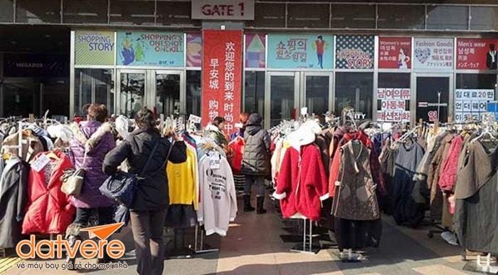 Mua sắm tại khu chợ nổi tiếng ở Seoul