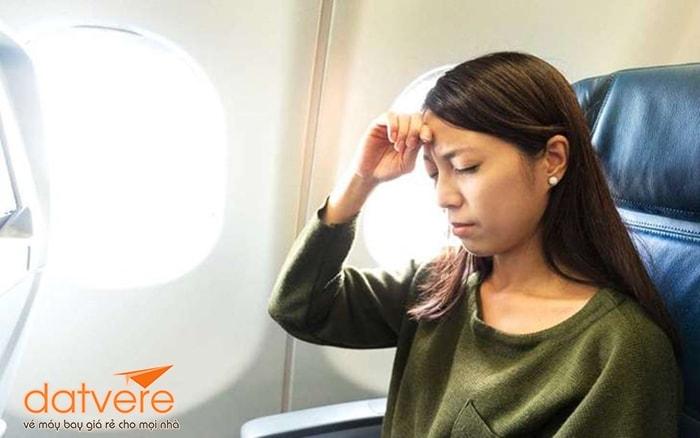 Không nên ngủ khi máy bay hạ cánh