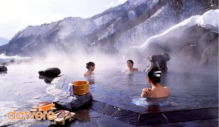 Tắm suối nước nóng Nhật Bản